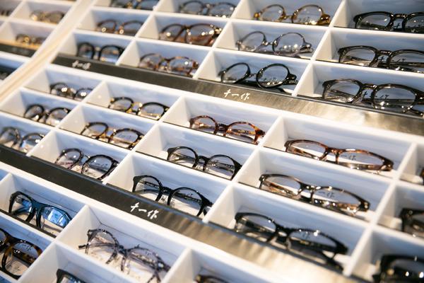 OWNDAYS(オンデーズ)が日本のブランドであることを重視し、インドの店舗では福井県鯖江市で製造しているオリジナルブランド「千一作」を多く展開する予定。