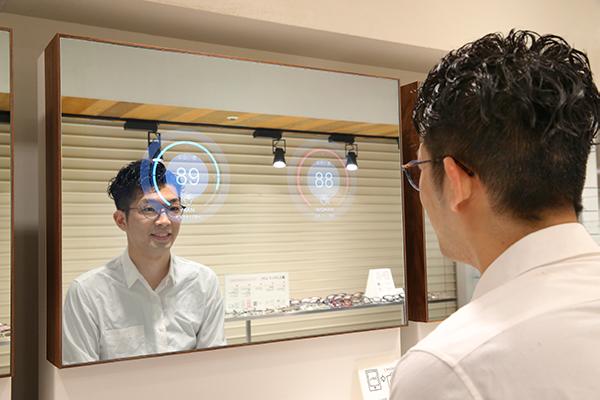 JINS BRAIN(ジンズ・ブレイン)を搭載した「ブレインミラー」でメガネの「似合い度」を判定しているところ。