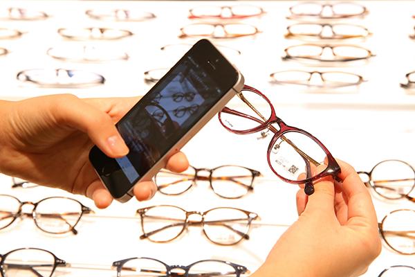 気に入ったメガネの情報をQRコードを使ってアプリに読み込むことができる。