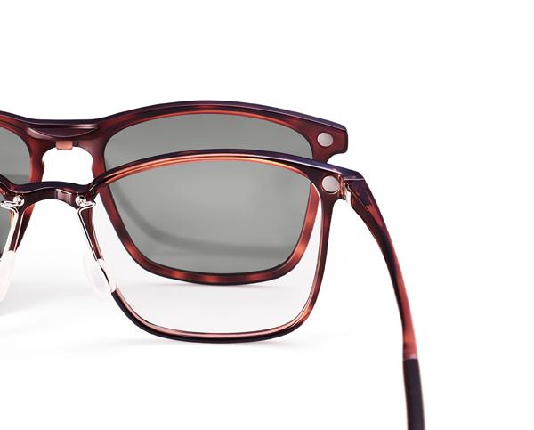 メガネ本体と専用プレートにはマグネットが内蔵されていて、メガネを掛けたままプレートを簡単に着脱できる。