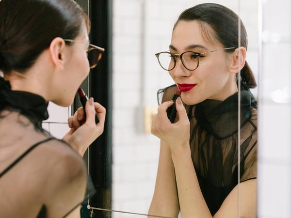 GLASSAGE(グラッサージュ)は、「メイクするようにメガネを選ぶ」ことを提案する。