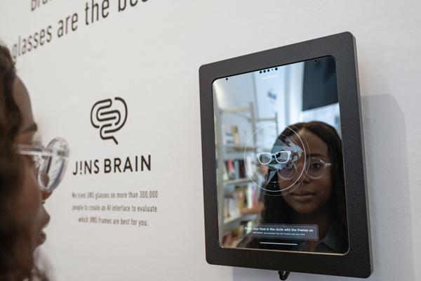JINS at MoMA Design Store, Soho に設置されている「ブレインミラー」