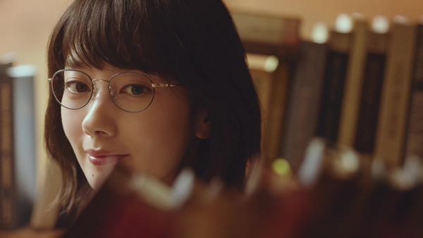 波瑠さん着用メガネは、パリミキ・メガネの三城オリジナル「MADE IN JAPAN project」シリーズのフレーム「style J(スタイル ジェイ)513」。