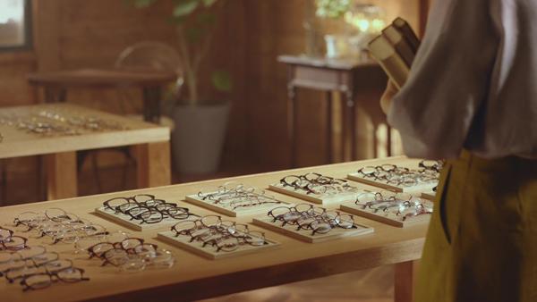 木のテーブルにメガネが並ぶ。