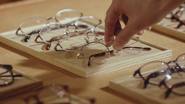 1本のメガネを手に取る。