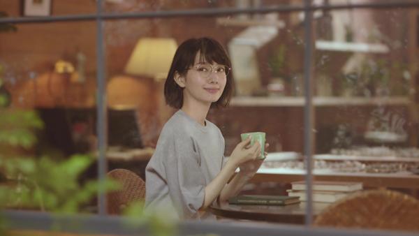 波瑠さん着用メガネは、「MADE IN JAPAN project」シリーズの「PARIS MIKI Authentic Eyewear(パリミキ オーセンティックアイウェア)025」。