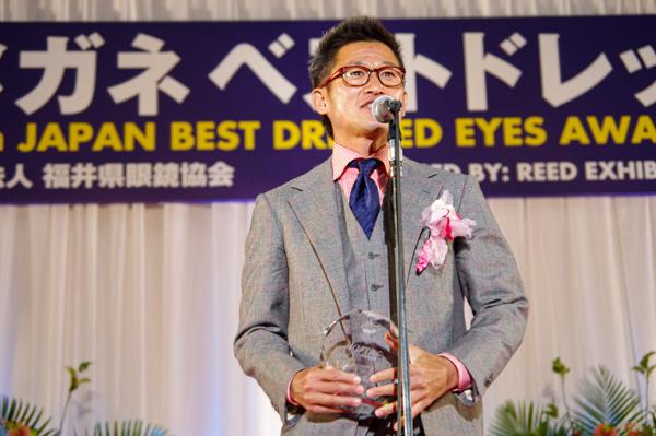 メガネ ベストドレッサー賞を受賞した喜びを語る三浦知良