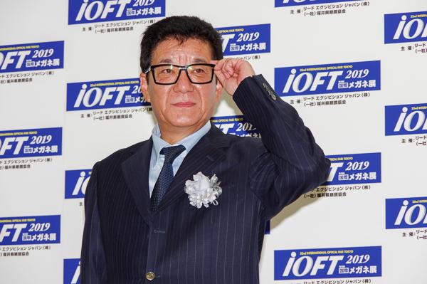 表彰式後のフォトセッションに臨んだ松井一郎氏。
