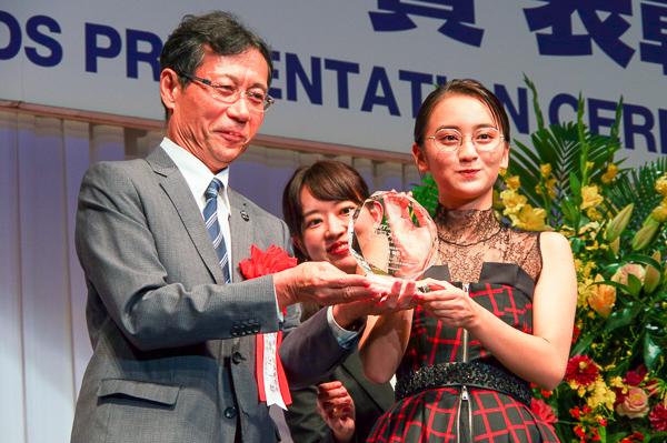 岡田結実さんには、自身のメガネ姿が彫り込まれたトロフィーが贈られた。