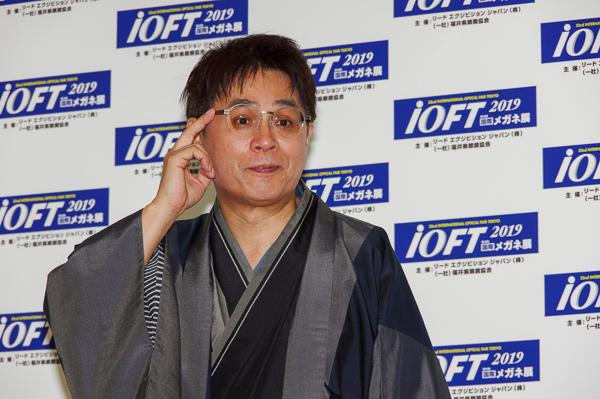 表彰式後のフォトセッションに臨んだ立川志らくさん。