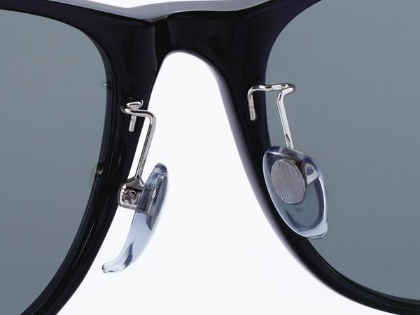 鼻の形に合わせて調節可能なステンレス製アームと、快適なフィット感の立体パッド。