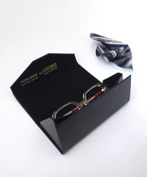 眼鏡ケースの内寸は、三角形の各辺が62mm×62mm×70mm、横幅150mm。眼鏡拭きは直径170mm。