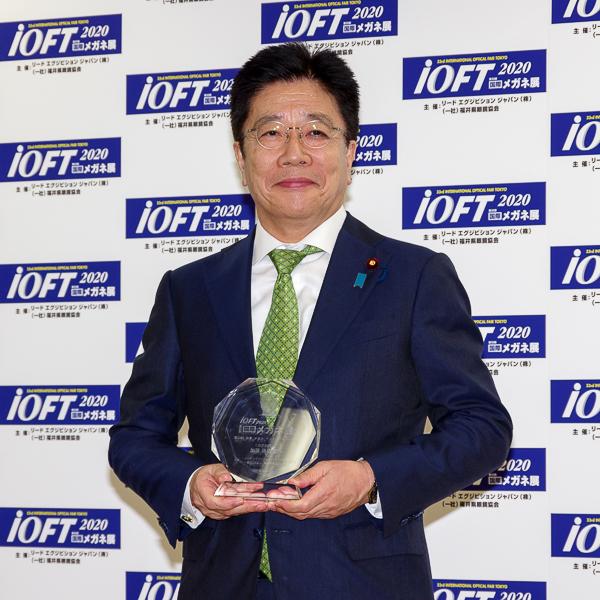 加藤勝信官房長官がメガネ ベストドレッサー賞政界部門受賞、親子での受賞は初