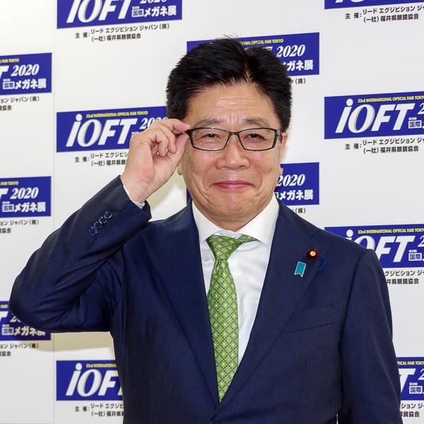 フォトセッションに臨んだ加藤勝信氏・その1