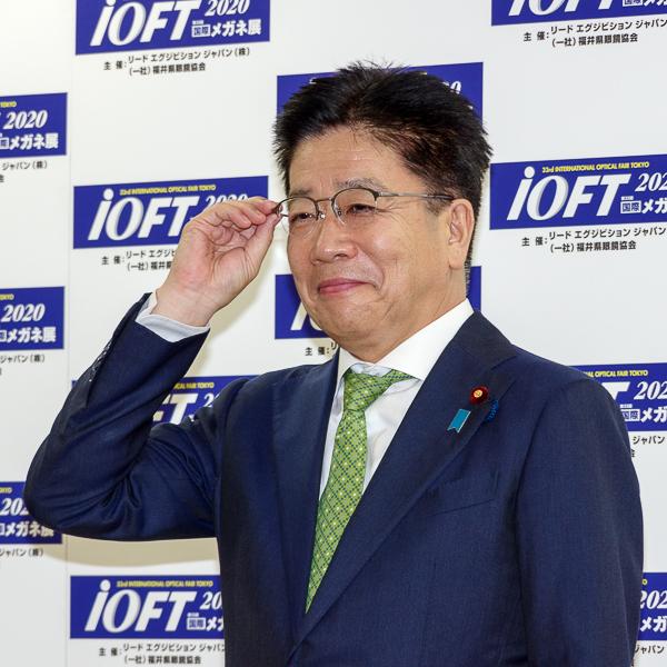 フォトセッションに臨んだ加藤勝信氏・その2