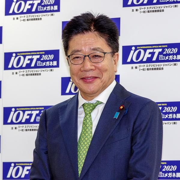 フォトセッションに臨んだ加藤勝信氏・その3