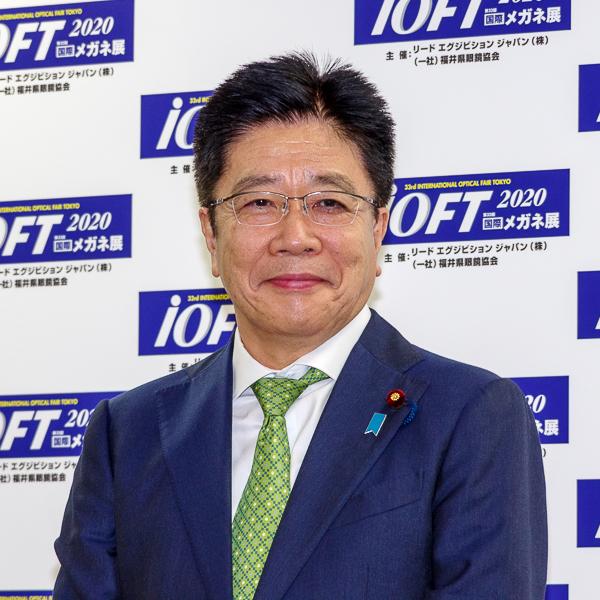 フォトセッションに臨んだ加藤勝信氏・その4