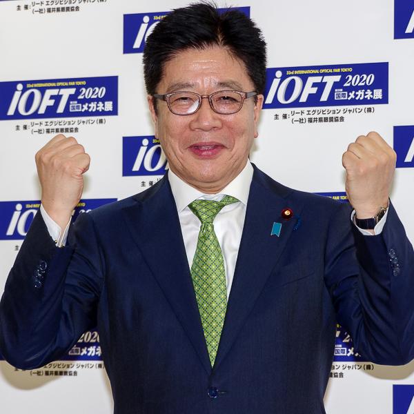 フォトセッションに臨んだ加藤勝信氏・その5