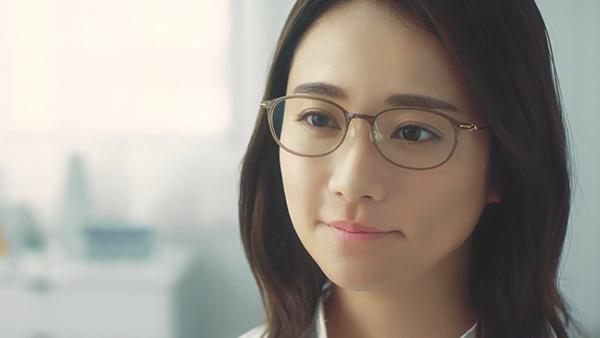 木村文乃さんメガネ着用シーン:【眼鏡市場】WEBCM 「合っていますか」篇 - YouTube(スクリーンショット)