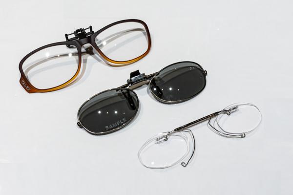 跳ね上げ式のサングラスと老眼鏡のサンプル。手持ちのメガネやサングラスに簡単に取り付けられる。 一番下がメガネのノハラ オリジナルの跳ね上げ式老眼鏡。