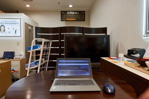 近く(ノートパソコン)、中間(テレビ)、遠く(電車のホームの電光掲示板)の見え方を確認できる。