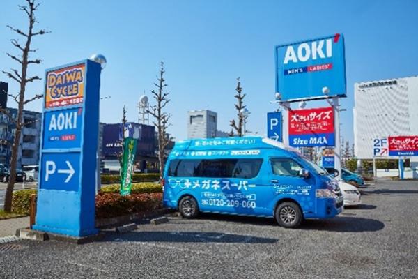 メガネスーパーが過去にAOKIの店舗やAOKI店舗の敷地内でおこなったプロモーションの様子・その2