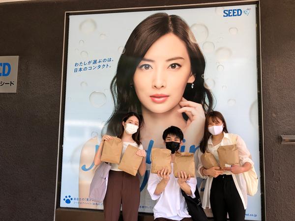 回収したブリスターを手に取る東洋大学の学生たち(シード本社前にて)