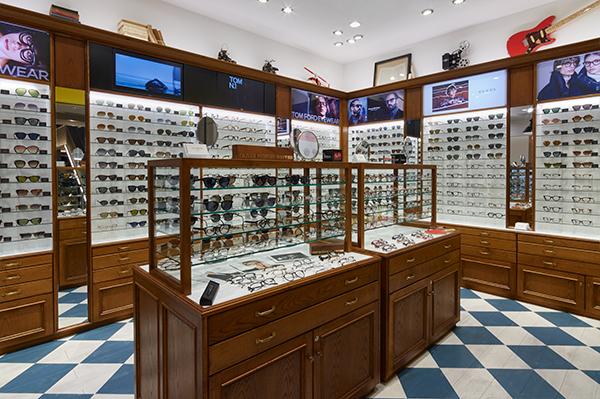 ビジネスシーンからオフスタイル、ハイエンドからカジュアルまで、幅広いシーンで掛けられるメガネ・サングラスがそろう。