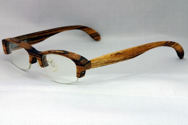 (写真2)glass工房602で作られた木製フレームの一例。普段使いしやすいデザインになっている。