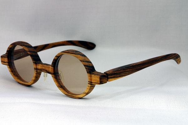 (写真3)glass工房602で作られた木製フレームの一例。味のある丸メガネに仕上がっている。