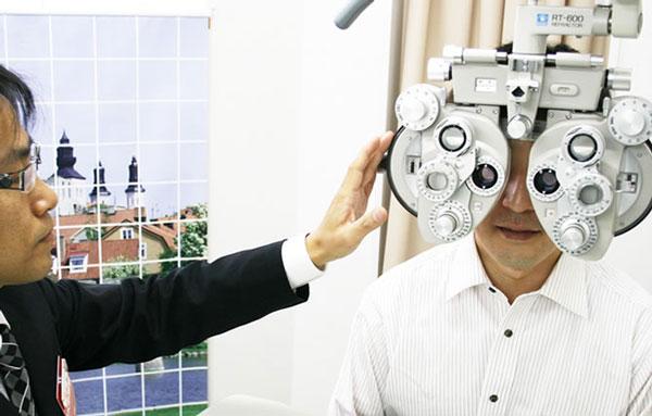 カワチでは視力検査(検眼)をしっかりと丁寧におこなっている。