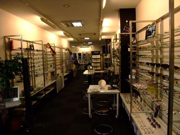 豊富な品揃えの中から、自分に合ったメガネをじっくりと選んでみては。