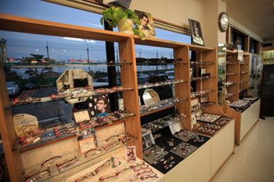 (写真1)さくらメガネ 本店は、フレームの豊富なバリエーションとアットホームな雰囲気が魅力。image by さくらメガネ