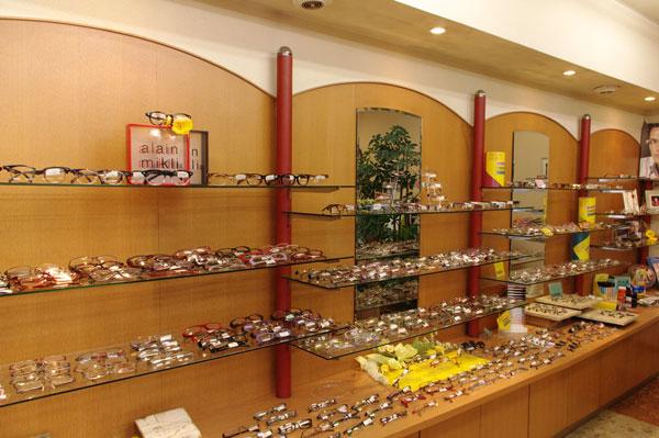 (写真1)メガネのサンワではブランドごとではなく、テイストごとにフレームを展示している。